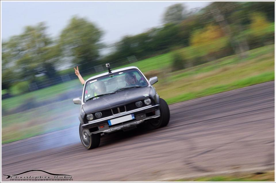 Stéphanie Barraco au volant de sa BMW E30 320i - Photo de Christopher Ruby